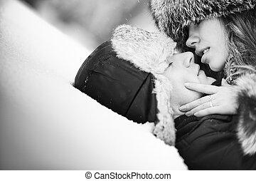 giovane coppia, baciare, su, neve