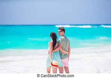 giovane coppia, bianco, spiaggia, durante, estate, vacation., famiglia felice, camminare lungo, il, oceano