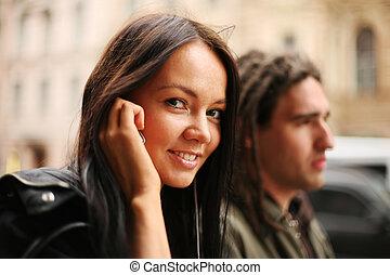 giovane coppia, camminare insieme, in, uno, city., ragazza, parlare, su, cellula, telefono.