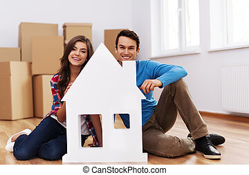giovane coppia, con, casa, segno