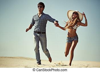 giovane coppia, correndo