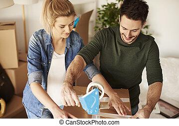 giovane coppia, disimballaggio, spostamento, scatole, in, nuovo, appartamento