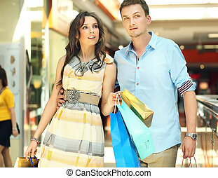 giovane coppia, divertimento, in, uno, centro commerciale