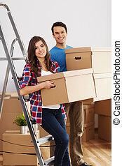 giovane coppia, durante, muoversi dentro, casa