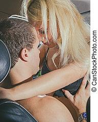 giovane coppia, fare amore, in, il, automobile.