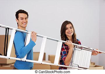 giovane, coppia felice, con, uno, scala, durante, muoversi dentro, casa nuova
