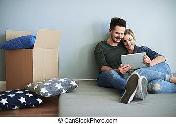 giovane coppia, in, casa nuova, fabbricazione, decisioni