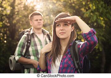 giovane coppia, in, foresta, a, tramonto