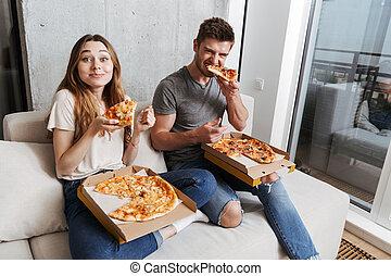 giovane coppia, mangiare, soddisfatto, pizza