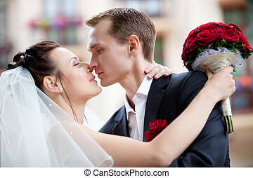 giovane, coppia matrimonio, baciare