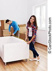 giovane coppia, misurazione, il, divano, in, loro, nuovo, appartamento