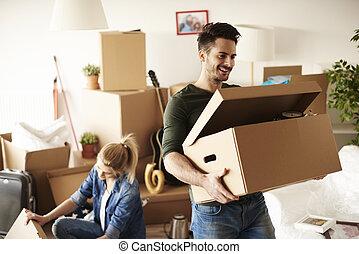 giovane coppia, muoversi dentro, a, casa