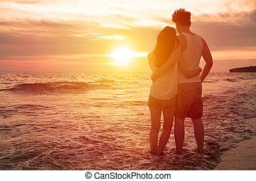 giovane coppia, osservare, tramonto, spiaggia