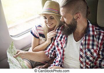 giovane coppia, pianificazione, loro, viaggiare