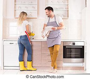 giovane coppia, piatti lavaggio, insieme