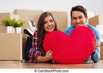 giovane coppia, presa a terra, uno, forma cuore, in, loro, nuovo, appartamento