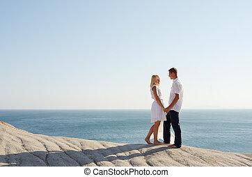 giovane coppia, rilassante, appresso, il, mare
