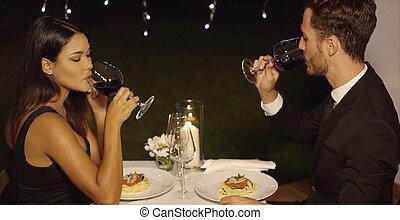 giovane coppia, sipping, vino rosso, durante, cena