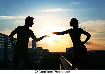 giovane coppia, sopra, sera, città, fondo