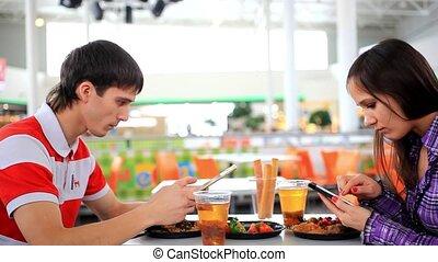 giovane coppia, usando, tavoletta, computer, e, telefono, in, caffè, finché, possedere, uno, lunch., hd., 1920x1080