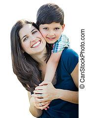 giovane, corsa mescolata, madre figlio, abbraccio, isolato, su, uno, bianco, fondo.