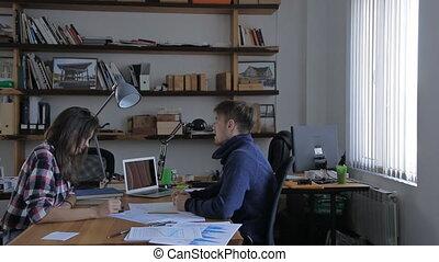 giovane, disegno, attraente, squadra, lavorare scrivania, creare, idee, in, creativo, ufficio