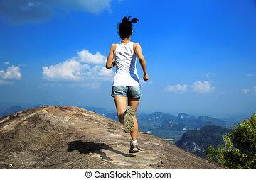 giovane, donna asiatica, correndo
