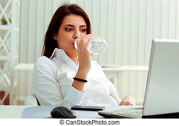 giovane, donna d'affari, bibite, acqua, su, lei, posto lavoro, in, ufficio