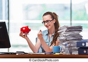 giovane, donna d'affari, con, banca piggy, in, ufficio