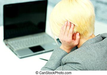 giovane, donna d'affari, detenere, uno, mal di testa, a, lei, posto lavoro, in, ufficio