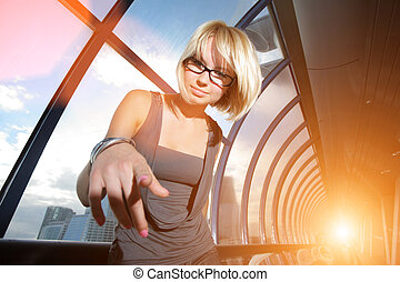 giovane, donna d'affari, indicare, in, macchina fotografica