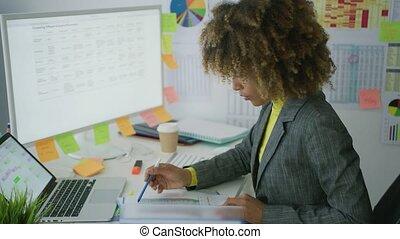 giovane, donna d'affari, lavorativo, con, documenti