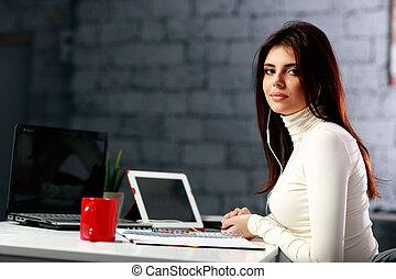 giovane, donna d'affari, sedere tavola, su, lei, posto lavoro, in, ufficio
