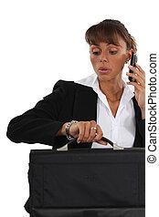 giovane, donna d'affari, telefono