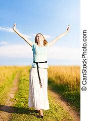 giovane, donna felice, camminare, su, uno, campo