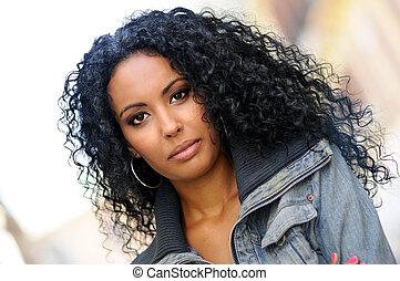 giovane, donna nera, afro, acconciatura, in, urbano, fondo