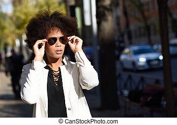 giovane, donna nera, con, afro, acconciatura, con, aviatore, occhiali da sole