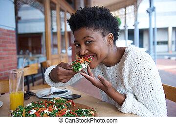 giovane, donna nera, mangiare, pizza vegetariana