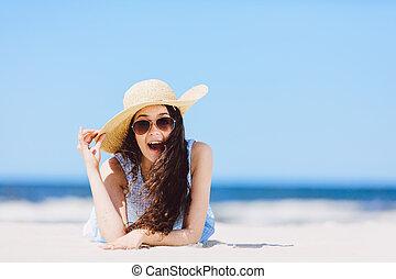 giovane, entusiasta, ragazza, posa, spiaggia, sorridere.