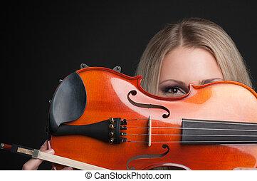 giovane, esso, guardando attraverso, presa a terra, violino, ragazza