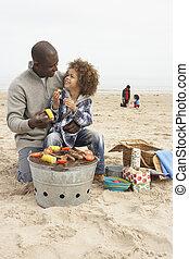 giovane famiglia, godere, barbeque, su, spiaggia