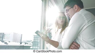 giovane, felice, businesspeople, con, cuscinetto, finestra