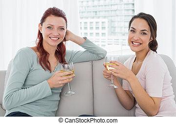 giovane, femmina, casa, vino, amici, occhiali