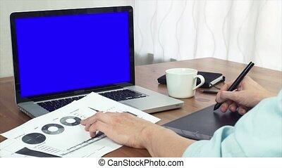 giovane, finanza, analista, lavorativo, con, stampato, analizzare, grafici, usando, tavoletta digitale
