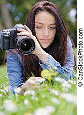 giovane, fotografo, giù, erba, donna, macchina fotografica, ...