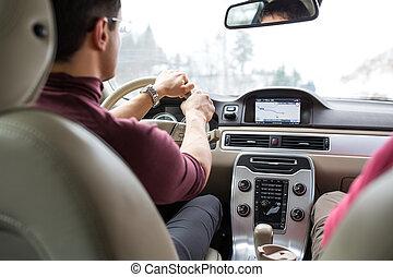 giovane, guidando macchina, con, suo, mani, il, volante