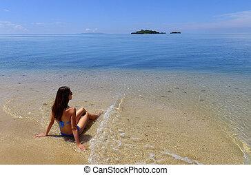 giovane, in, bikini, seduta, su, uno, spiaggia, vanua, levu, isola, figi, sud pacifico