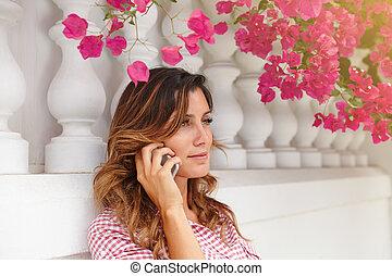 giovane, in, camicia rossa, comunicando telefono