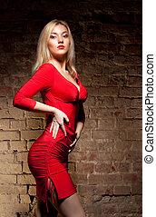 giovane, in, vestito rosso
