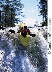 giovane, kayaking, giù, cascata